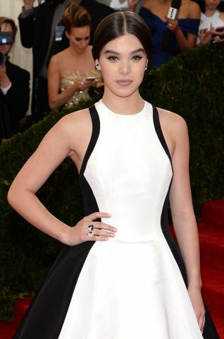 Met_2014_Hailee_Steinfeld_-_Van_Cleef_%26_Arpels_-_Photo_by_Jamie_McCarthy_GettyImages_FilmMagic_488322221.jpg