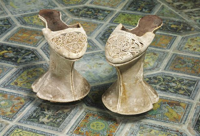 V%26A_Shoes_2015_7._Chopines_Punched_kid_leather_over_carved_pine_Venice_Italy_c._1600_VA_.jpg